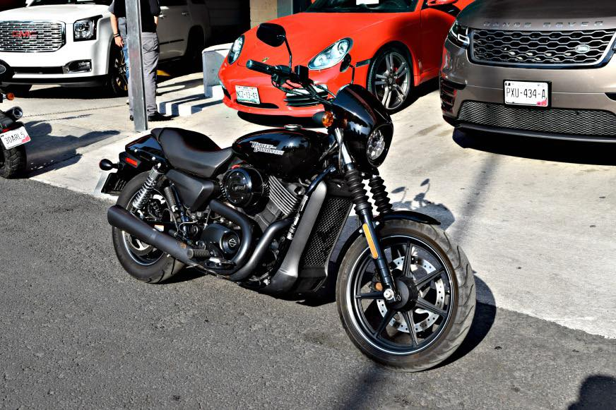 Dark Custom de Harley Davidson Street 750 en la calle